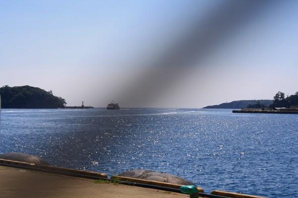 遠方に釜山からやってきた高速船