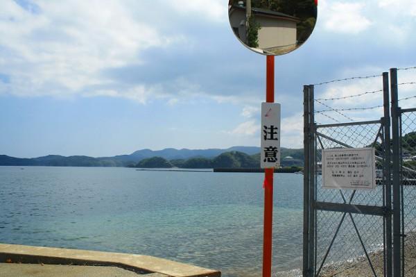 基地の端っこは、道路と海に面しています。